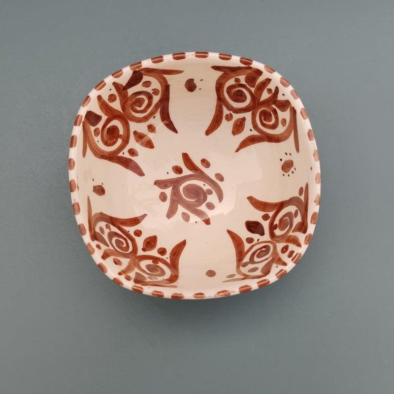 Cuenco de cerámica marroquí hecho en forma casi cuadrada sin esquinas y pintado a mano